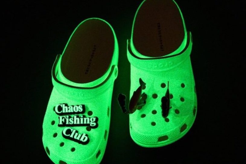 Crocs shining in the dark emitted by the popular Chaos Fishing Club. A playful triple collaboration created by BEAMS.