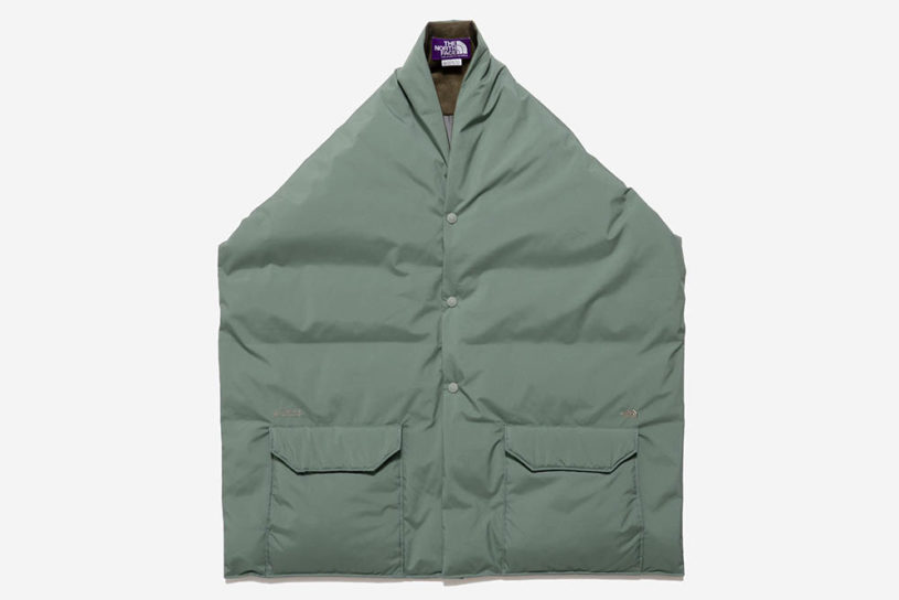 A new item called the Down Cape from The North Face PPL. An excellent outerwear that you can wear or wrap around your shoulders.