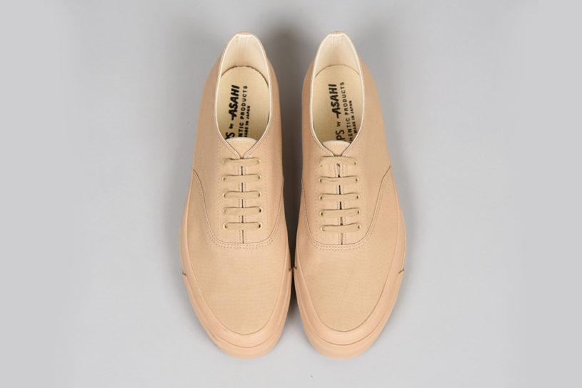 Ships new footwear is bespoke to a long-established shoe maker in Kurume. Sophisticated deck shoes in a single tone.